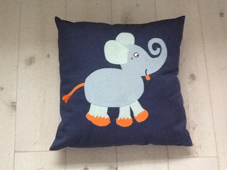 Hjemmelavet pude med elefant.