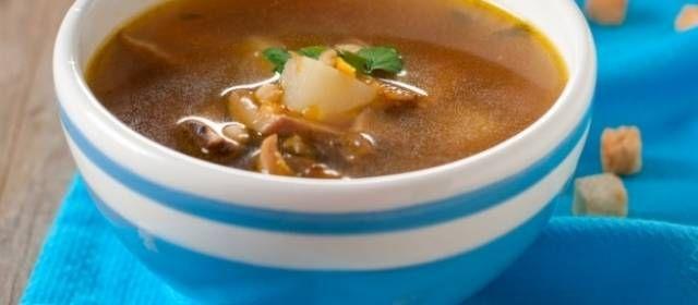 Deze heldere bospaddenstoelen soep is een heerlijke variant op de talrijke gebonden en romige paddenstoelen soepen. De zelfgetrokken runderbouillon maakt de...