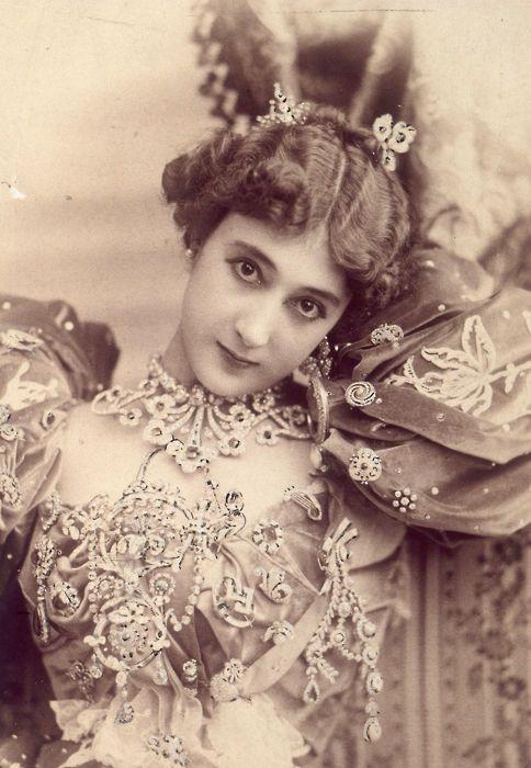 画像 : 19世紀ヨーロッパの美しき「高級娼婦」「公妾」たちの肖像【社交界】 - NAVER まとめ