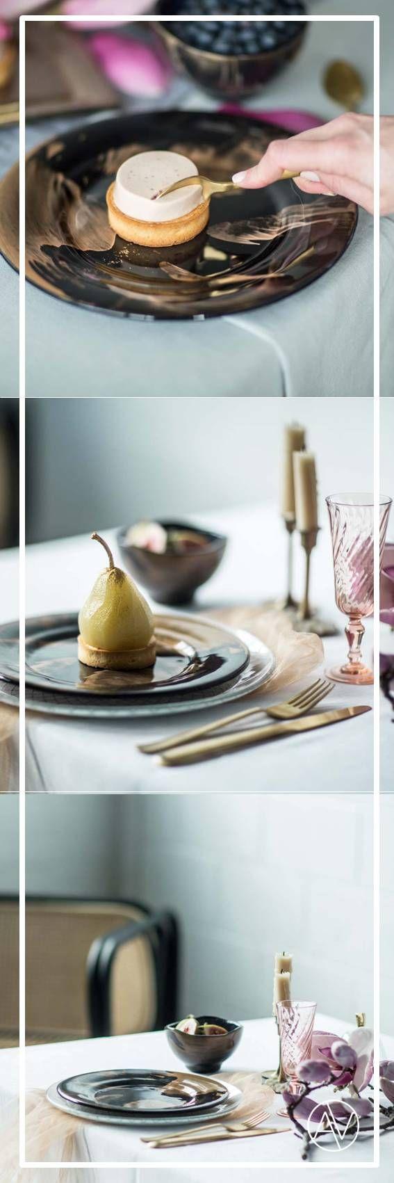 Hypnotizing dinner plate sets in dark blue with gold splashes