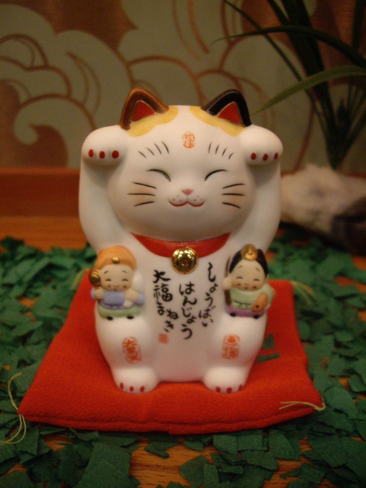 Maneki-neko come in different colors, styles, and degrees of ornateness.