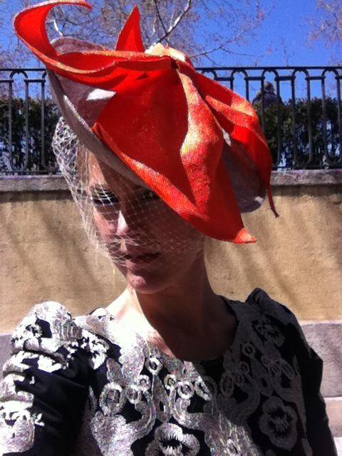 Carla con tocado realizado en Alisandhats Madrid. Tocado ladeado color piedra con velo y lazo naranja