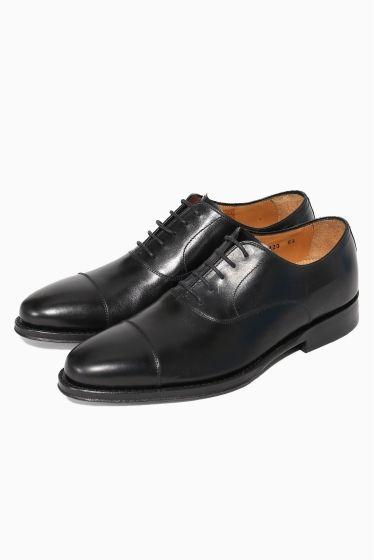 JALAN SRIWIJAYAストレートチップ JALAN SRIWIJAYAストレートチップ 30240 トゥに一文字のラインがあるストレートチップは 紳士靴において最も基本的な形なのでおさえておきたい1足です 内羽根ストレートチップという格式高い仕様なのでビジネスだけでなくフォーマルシーンにもおすすめ シルエット素材製法どこにも妥協のないジャランスリウァヤならではのシューズです JALAN SRIWIJAYA(ジャラン スリウァヤ) もともとインドネシアで設立されたJALAN SRIWIJAYA(ジャラン スリウァヤ) 2代目のオーナーであるMr.Ruddi Suparman(ルディスパーマン)が靴の聖地であるイギリスへ修業に行きその後皮革生産の最高峰フランスを経由し帰国 そして自身で培った経験と人脈を活用し自社工場を改革そして現在に至ります