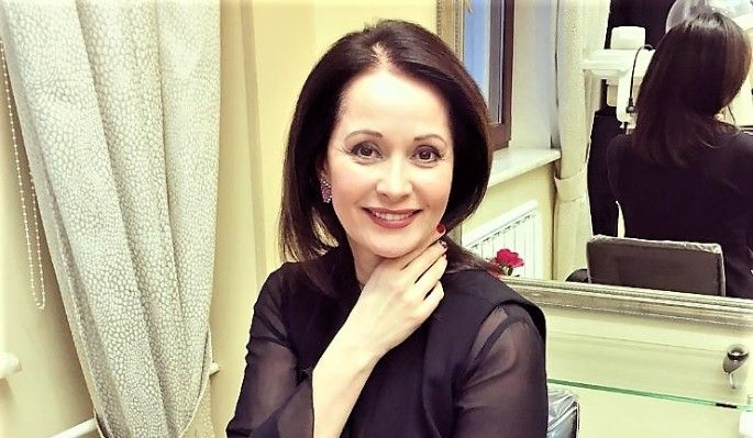 Известная актриса Ольга Кабо отправилась отдыхать с сыном Витей в Крым. На одном из снимков в Instagram звезда позирует в купальнике, лежа на шезлонге. Подписчики артистки в восхищении.