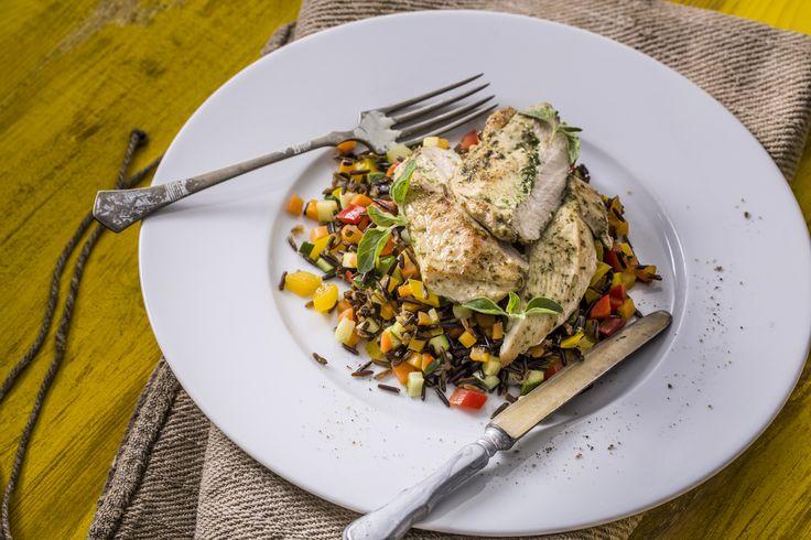 Grillezett csirkemell - zöldséges vadrizzsel | Kóstoltad már a vadrizst? És tudtad róla, hogy ez a rizzsel csupán rokonságban áll és nem egy fajtája? A gluténmentes finomság színe jellegzetes sötétbarna, íze sokak szerint a dióéra emlékeztet. B-vitamin tartalma kimagasló, élelmi rost, fehérje és kalóriatartalma pedig a barna rizshez hasonló. Ezúttal grillezett csirkemellel és vegyes zöldségekkel tálaljuk. Egészségünkre!