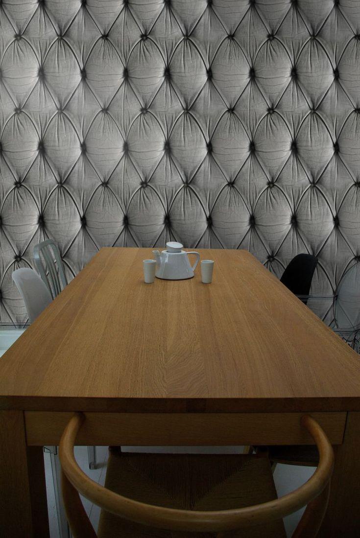 Chesterfield Button Back behang is leverbaar in grijs, rood, zwart, wit en crème. Het behang, via Mineheart, zorgt direct voor een comfortabele sfeer in de ruimte. Prachtig om je ruimte om te toveren in een boudoir of herenclub! Prijs: circa € 87,- per rol (€ 70,- per m2).