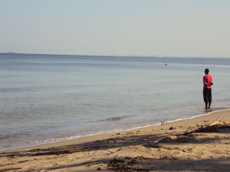 Es una fotografía de mi autoría que muestra un habitante de la costa de colombiana con un lenguaje corporal que manifiesta respeto a la belleza del mar, además de ser  su fuente de alimento, trabajo y forma de vida. En ese momento, la persona está observando movimientos en el agua para avisar a dos personas que están en una canoa cazando peces. Es Fotografía tomada en mis vacaciones en la costa Colombiana. (Mi primera visita al mar Colombiano).