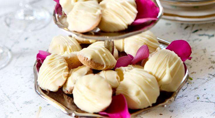 Recept på citronbiskvier med Galliano. Vill du att biskvierna ska bli riktigt fina så tempererar du först chokladen. Värm den till 45°, kyl ner till 26° och värm upp till 28–29° igen.