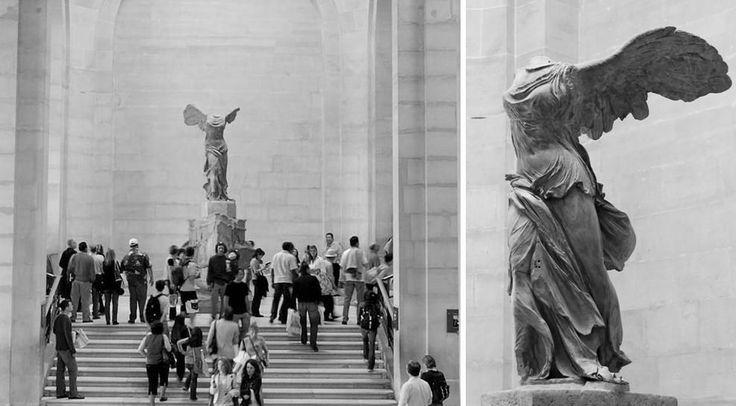 Bentes: Alexandre III da Macedônia  *Niké de Samotrácia (Νίκη em grego – deusa da vitória): A imponente estátua esculpida em mármore de Paro foi encontrada na Samotrácia, uma ilha no Mar Egeu, em 1863, sem braços e cabeça (uma das mãos só foi encontrada em 1950). A estátua representa a deusa alada, jovem filha de Zeus, que traz o anúncio de vitórias militares, enquanto posa na proa de um navio de guerra.
