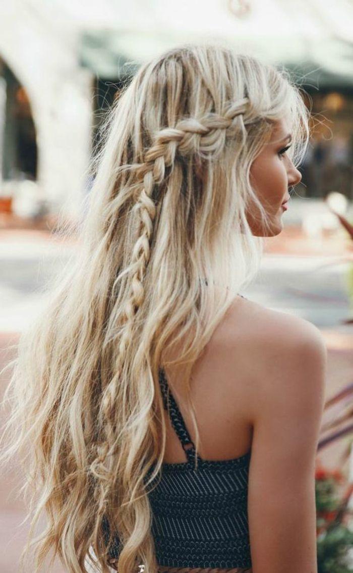 tresse collé sur le côté, tresse cascade et cheveux blonds et longs