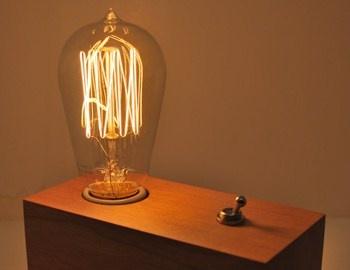 Τα vintage φωτιστικά της The Dapper Llama Menlo Park Lamps, είναι μια σειρά που περιλαμβάνει από μία έως τρείς ρετρό στιλ λάμπες τοποθετημένες πάνω σε ξύλινη βάση. Με ένα μεταλλικό dimmer σαν δακτυλήθρα, καλώδιο με
