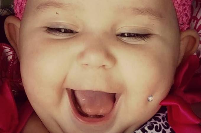 Mãe compartilha no Facebook foto de bebê com piercing na bochecha