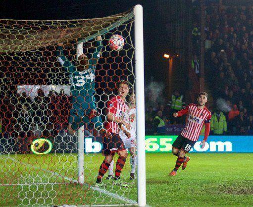 Exeter, Anglicko - piatok 8.ledna 2016: Liverpool brankár Adam Bogdan klapky na plese ako Exeter City strelí druhý gól v zápase na St James Park FA Cup 3. kola. (Pic David Rawcliffe / Propaganda)