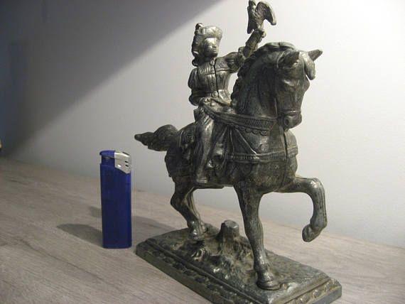 Tinnen beeld van Jonkvrouw te paard met adelaar vintage