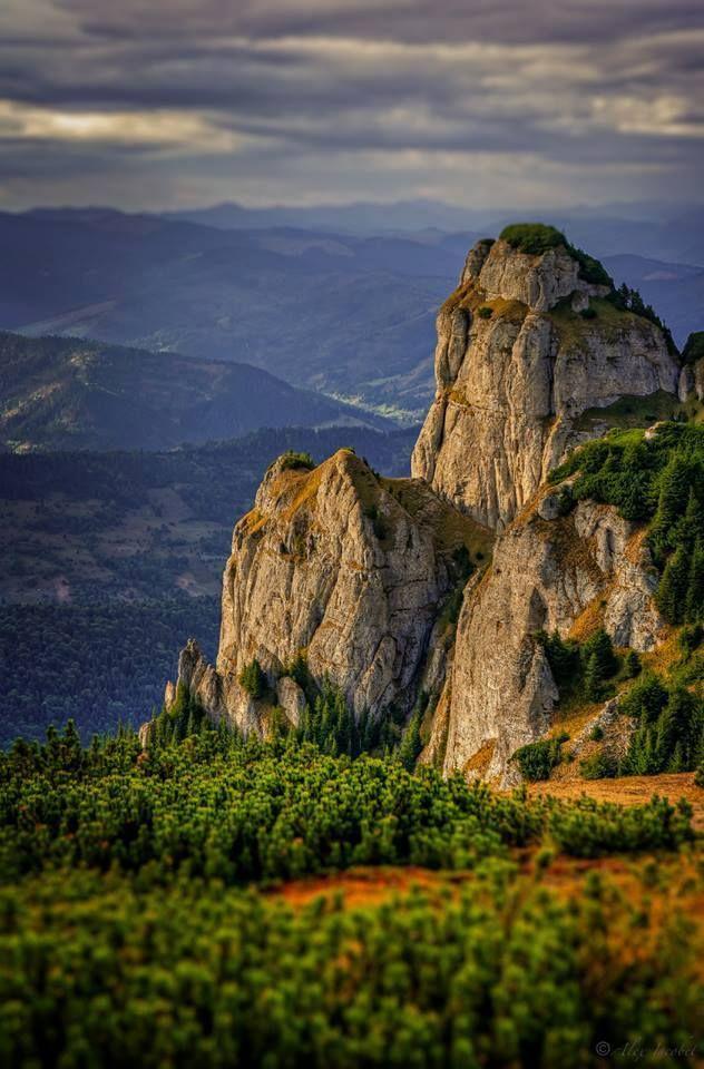 Piatra ciobanului, Ceahlau. La începutul timpurilor, minunaţi de frumuseţea locurilor, s-au aşezat pe vârful muntelui un neam de oameni cunoscuţi pentru curajul lor şi pentru turmele lor de bouri. Dintre toţi, cel mai viteaz era un tânăr căruia nimeni nu-i cunoştea numele şi de aceea i se spunea Ciobanul. Isprăvile sale erau atât de nemaiauzite, încât i se duse vestea în lumea largă. La moartea lui se strânseră toate vietăţile şi-l jeliră zile în şir. Iar, pentru pomenirea lui, s-a dat…