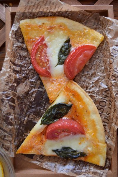 自家製バジルをたくさん収穫したのでピザ・マルゲリータを作りました。単純なピザに見えても『極上の味』にするためにスパイスを使用したり、その他、マル秘の方法でさらにおいしく仕上げます。夏にオープンテラスで味わいたい1品です。