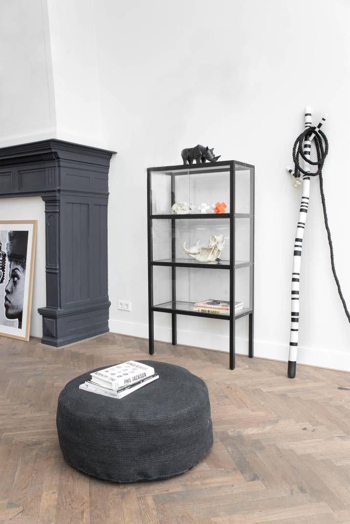 Een vitrine kast ouderwets? Echt niet!! Dit strakke design van HK-living, in de kleur zwart, biedt ruimte voor je allermooiste spulletjes. Drie glazen verdiepin