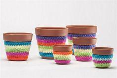 Propuestas para renovar las macetas de tu balcón  De cerámica, con fundas tejidas a crochet (Fb: que.monono.deco/timeline).
