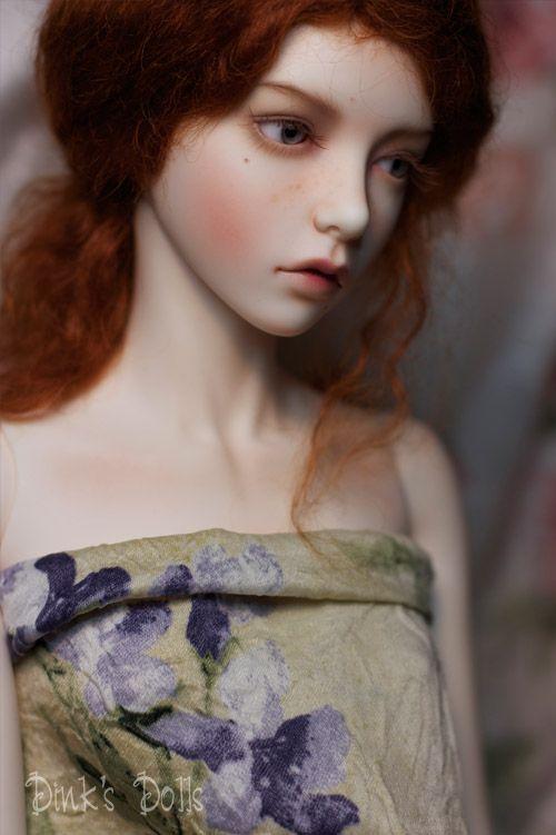 Ball-jointed doll (BJD). Dollfie. Super Dollfie. Collector's doll. From porcelain or plastic or casting resin. Movable arms, elbows, wrists, head, hips, knees, eyes. Hair like a wig. Sběratelská panenka. Z porcelánu, plastu nebo syntetické pryskyřice. Pohyblivá ramena, lokty, zápěstí, hlavu, kyčle, kolena, očí. Vlasy jako paruka. Коллекционные куклы. Из фарфора, пластика или синтетической смолы. Подвижные руки, локти, запястья, головы, бедра, колени, глаза. Волосы в виде парика.