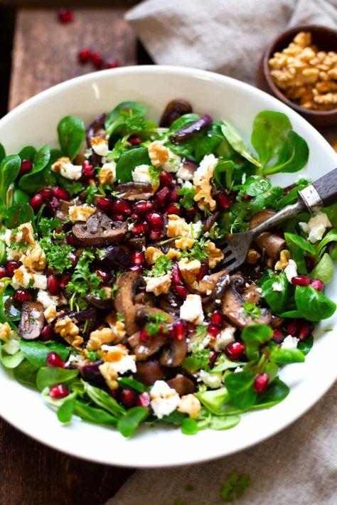 Feldsalat mit gebratenen Pilzen, Granatapfel, Feta und Walnüssen