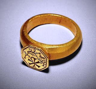 British Museum: 4°s, bague en or. Un chrisme indique que la bague appartenait à un chrétien; les dessins sont gravés à l'envers, comme une intaille utilisée pour marquer les cachets de cire. Un oiseau se repose dans un arbre fruitier. - CLOVIS 1°, 4.1 CLOVIS ET L'EGLISE, 7: Leuilly a été attribué à Ricuin en 843, partisan du roi Charles le Chauve. En 845, pour forcer Ricuin à restituer Leuilly au patrimoine de Reims, un faux testament de l'évêque Remi est présenté au roi Charles le Chauve.