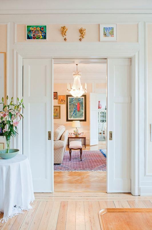 Tre rum i fil med vackra pardörrar och skjutdörrar mellan rummen