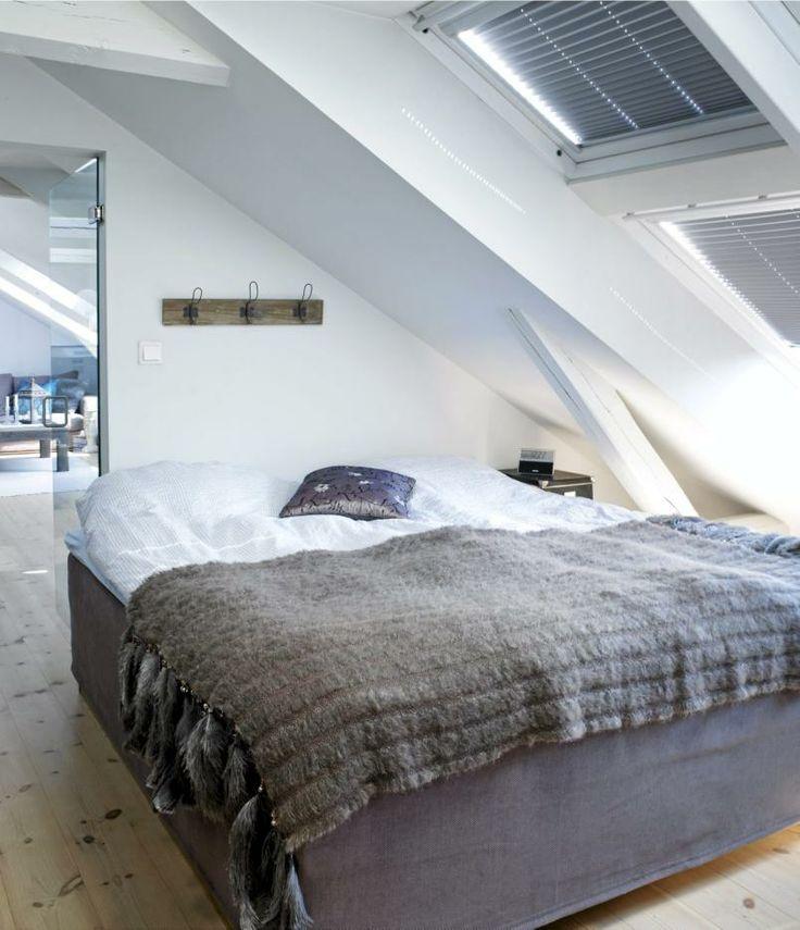 Sengen er plassert rett under de skråstilte takvinduene, slik at man kan ligge å se på stjernene før man sovner.