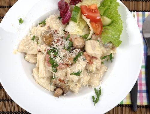IA. Gott tillbehör till Gnocchi. Köpte färdiga vetefria Gnocchi. Recept på Gnocchi med bacon, svamp och grädde.