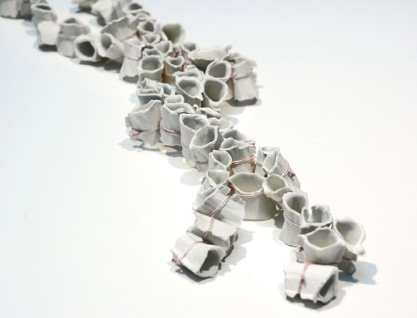 Catarina Hällzon   Halsband 2006   Material: Porslin, tråd