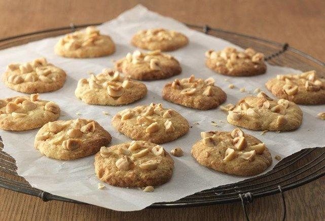 Honingkoekjes met hazelnoten:  40g hazelnoten  100g boter of kokosolie 140g (tarwe)bloem  50g suiker  30g honing  3el losgeklopt ei  1el sinaasappelrasp