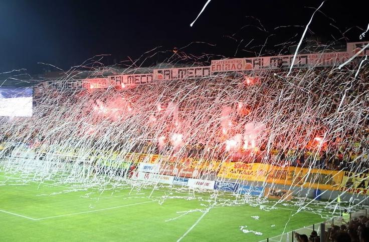 Aris Thessaloniki, time do Chipre.Clique no link e veja o quanto são apaixonados por futebol naqueles lados do mundo. http://www.youtube.com/watch?v=H95-Jfr73RU