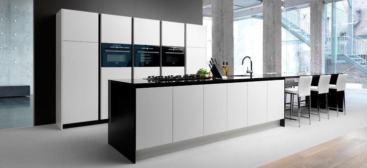 25 beste idee n over lange keuken op pinterest kookeiland zitplaatsen moderne keukens en - Keukentafel corian ...