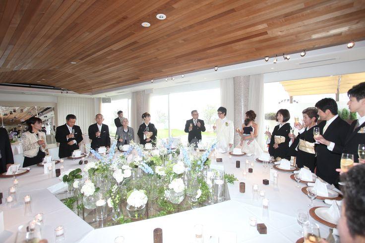 みんなで囲んで食事を楽しむ大きなマザーシップと呼ばれるテーブルでお食事