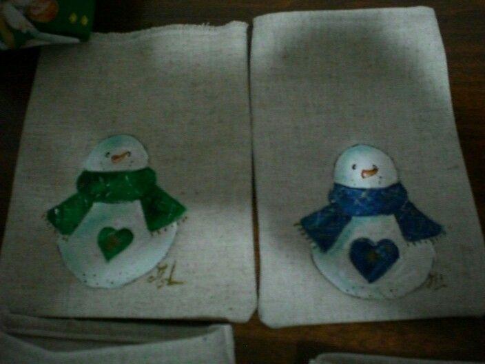 Pupazzi dipinti su sacchetti di soffa