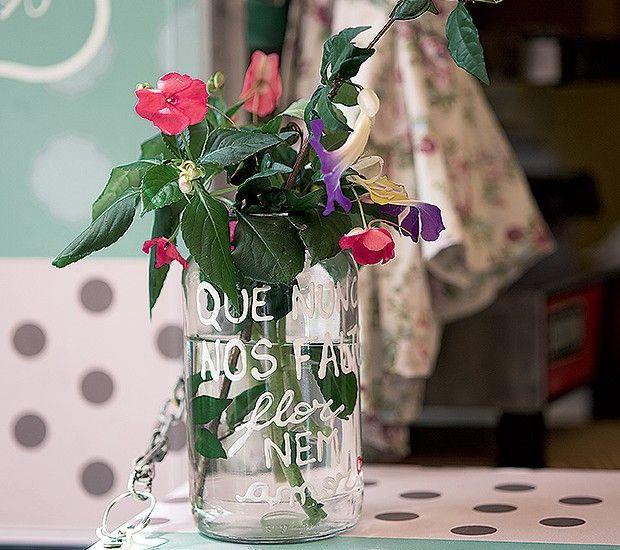 O pote de conserva usado como vaso traz bons desejos escritos com tinta plástica. Vale com qualquer arranjo de flores (Foto: Cacá Bratke/Editora Globo)