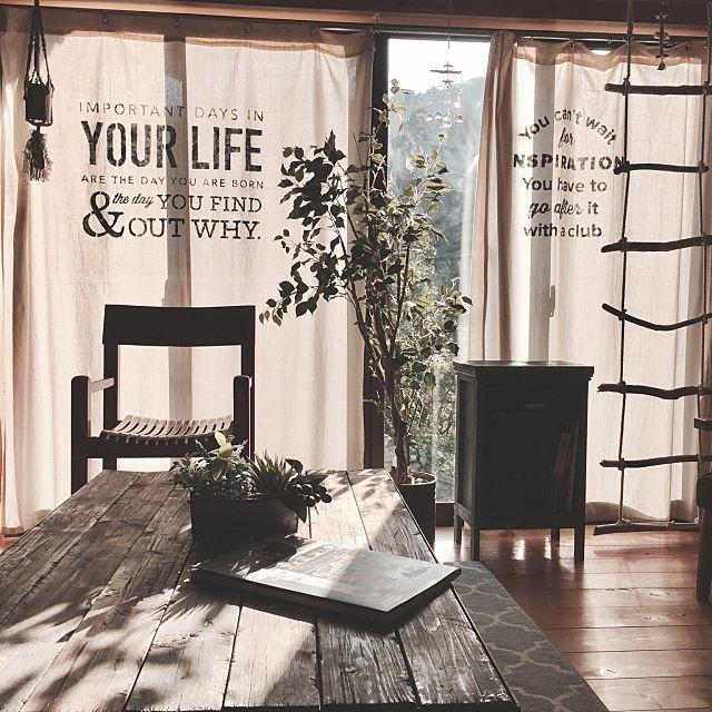 女性で、Otherの昭和ポンコツチーム/カフェ風/日本家屋/男前インテリア/木の家/RURULOVEちゃん❤…などについてのインテリア実例を紹介。「ハンドメイドカーテン。 優しい光を感じるのも好きです♪ RURULOVEちゃんのサンキャッチャーに光りを当てると部屋に反射して別世界が楽しめます✨ チロルはビビリなので柱に隠れてました…( ´∀`)」(この写真は 2017-04-17 07:47:14 に共有されました)