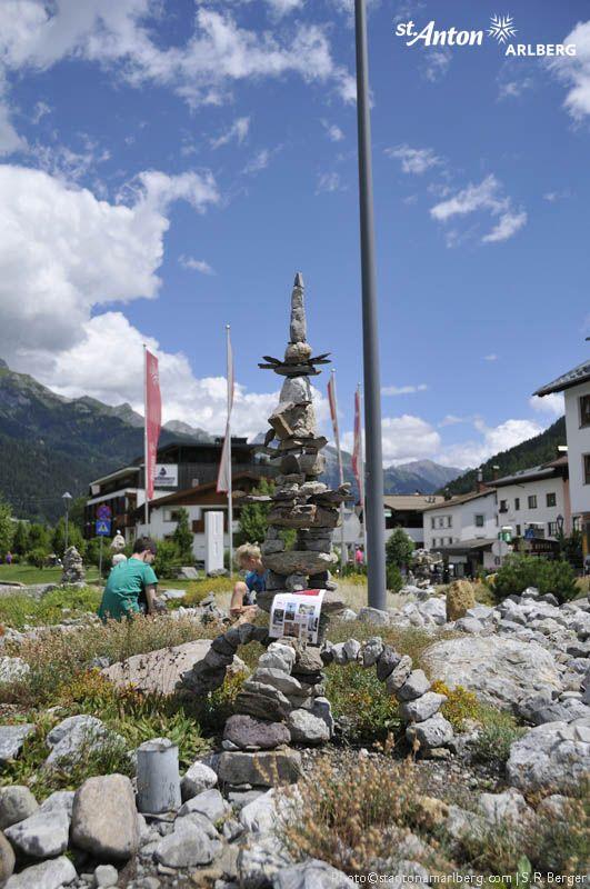 """Steinbalance in St. Anton am Arlberg! Künstler Volker Paul inszeniert seien spektakuläre Variante unserer traditionellen """"Stamandl"""" im Kreisverkehr von St. Anton am Arlberg."""