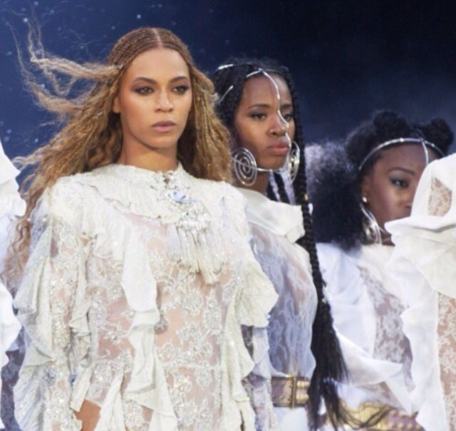 Beyonce hit the Cardiff Principality Stadium last night. I LOVED the second look she did... Strong brown eye with eyeliner and a matt foundation with a subtle contour ❤️