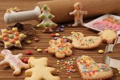Bunte Knusperkekse für Kinder                              -                                  Knusprige Plätzchen zum Ausstechen für die Weihnachtsbäckerei mit Kindern