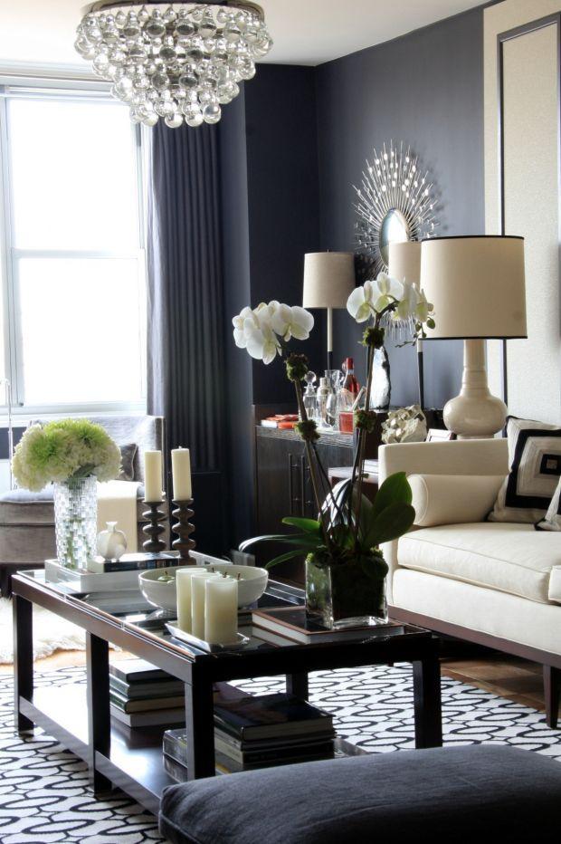 of donkerder grijs met lichtere accenten. grey walls/light couch