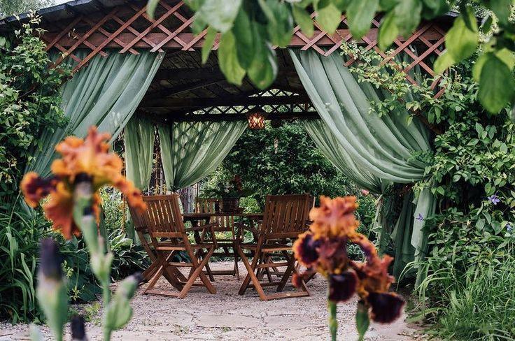 Ирисы с рубиново-коричневыми бархатными лепестками подбирали под теплые оттенки мебели из красного дерева.