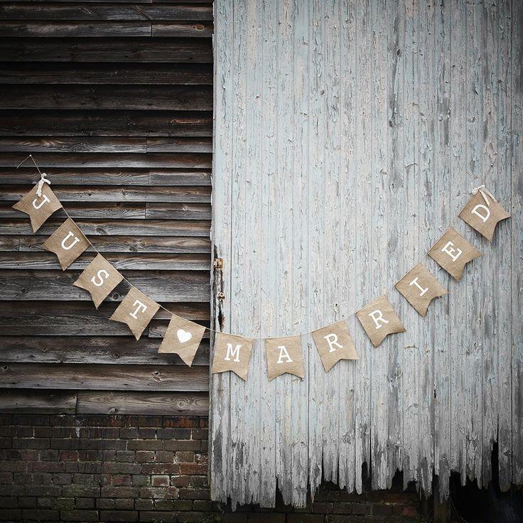 """Banderole en jute rustique avec le message """"Just Married"""", idéal pour compléter votre décoration de mariage."""