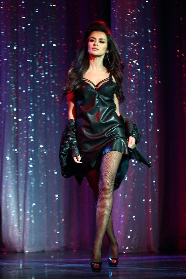 Natalia Siwiec występuje na scenie... jako telefon komórkowy! #natalia #siwiec http://dodawisko.pl/8174-natalia-siwiec-wystpuje-na-scenie-jako-telefon-komrkowy.html