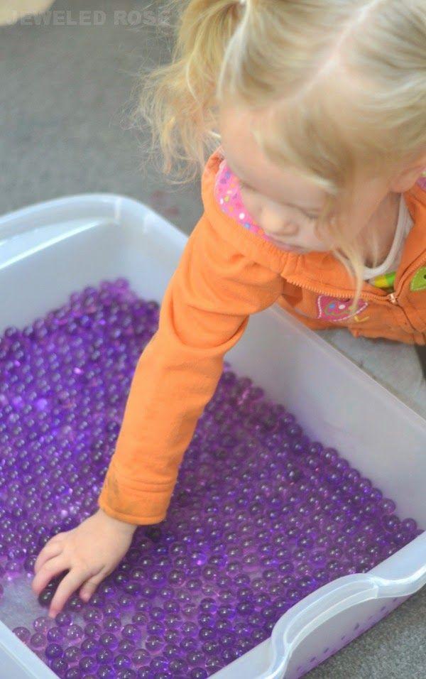 Лаванда шарики воды помогает успокоить, спокойный, и расслабиться маленьких.  Отлично подходит для тайм-аут, как раз перед сном. обезвоженные водные шарики замочить в воде с добавлением лавандового масла, на 4-6 часов.После этого можно играть - в воде или без нее. Осторожно - не глотать. Хранить в чистой воде, менять ее часто. Раз в неделю в сито и мыто с мылом. Если обезводились - опустить в воду, можно с лавандой.
