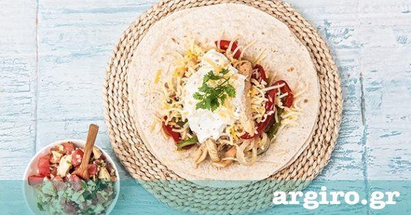Κόβουμε το κοτόπουλο σε μικρά κομμάτια. Το βάζουμε σε σακούλα τροφίμων. Προσθέτουμε όλα τα υλικά της μαρινάδας. Ανακατεύουμε τα υλικά και αφήνουμε στο ψυγείο το λιγότερο για 30′. Όσο πιο πολύ αφήσουμε τόσο πιο ωραίο θα γίνει. Το ψήνουμε σε γκριλιέρα 4′-5′ από κάθε πλευρά. Για τα λαχανικά Ζεσταίνουμε το ελαιόλαδο και σοτάρουμε όλα τα …