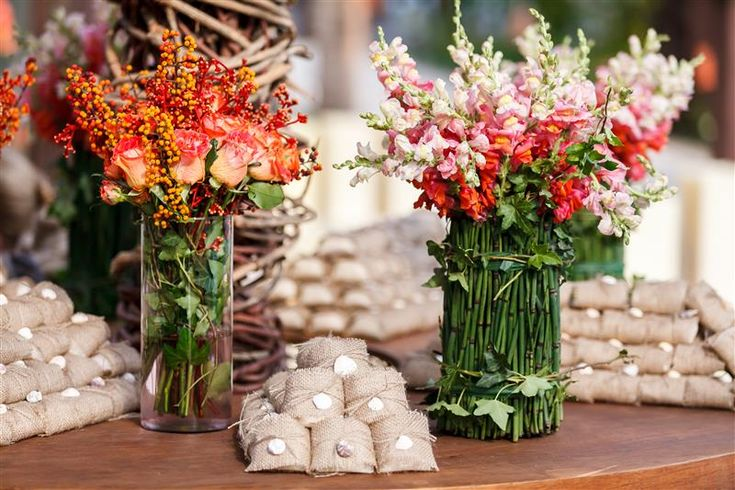 Arranjos de flores rústicos para casamento na praia