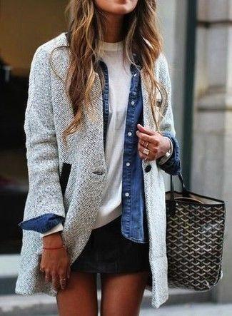 Tenue: Manteau à chevrons gris, Chemise en jean bleue, T-shirt à col rond blanc, Minijupe noire