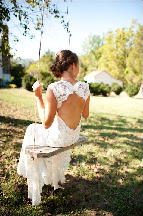 Vestido de noiva em renda com decote nas costas. #casamento #vestidodenoiva