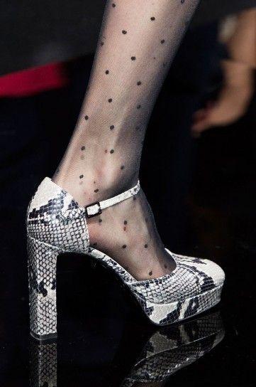 Mary Jane stampa rettile Diane Von FurstenbergE' in corso la New York Fashion Week, settimana della moda tra le più attese per lo stile inconfondibile e super glamour. Sono tantissime le proposte in materia di scarpe che ci arrivano dalla Grande Mela per il prossimo autunno/inverno 2015 2016, tra scarpe con pelliccia, anfibi con maxi platform, ricercate Mary Jane ed eccentriche mules. Sfoglia la gallery per scoprire tutte le scarpe di tendenza per il prossimo inverno.