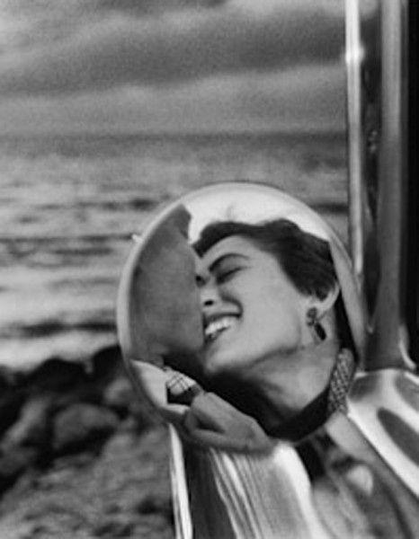 Photographe américain né en 1928, Elliott Erwitt est à l'honneur jusqu'au 20 décembre prochain à la A.galerie à Paris où plusieurs de ses photographies sont exposées pour célébrer la sortie de son nouvel ouvrage « Regarding Women » (publié aux éditions teNeues), consacré aux portraits de femmes.  http://www.elle.fr/Loisirs/Sorties/Dossiers/10-photos-pour-re-decouvrir-le-travail-d-Elliott-Erwitt
